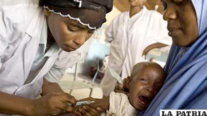 Niño que es vacunado en Nigeria en medio de una epidemia de meningitis
