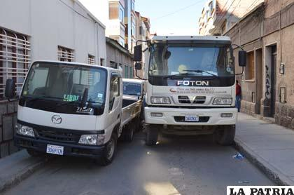 Delante de los vehículos protagonistas había otra camioneta mal estacionada
