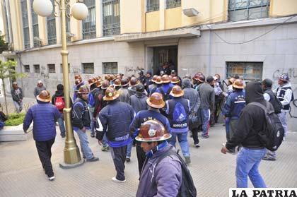 Mineros se movilizaron en exteriores del Concejo Municipal
