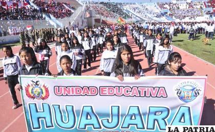 Durante el desfile de los participantes, representantes de la Unidad Educativa Huajara
