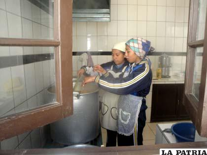 Las estudiantes en plena labor