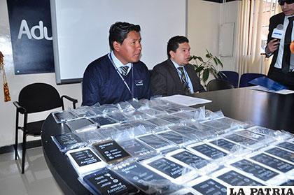 Conferencia de prensa en la Aduana donde se presentaron parte de los objetos incautados