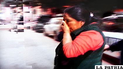 La mujer agredida llega a sentar la denuncia en la Policía