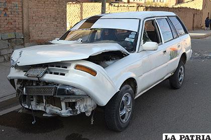 El vehículo de servicio público quedó con toda la parte delantera dañada