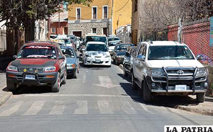 Vehículos estacionados en ambos lados