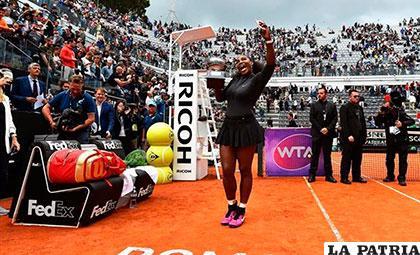 Serena Williams festeja el título con el trofeo en manos /eurosport.com