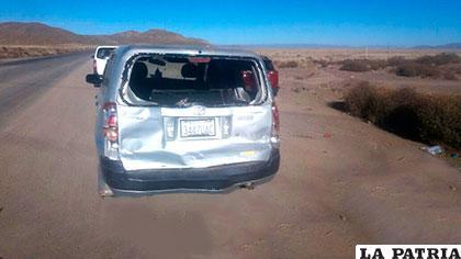 El automóvil que fue alcanzado por el bus y recibió el impacto