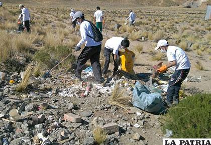 Voluntarios de la paz y oruro limpiaron sector noroeste de for Cementerio jardin la paz bolivia