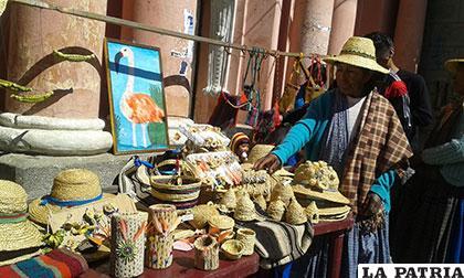 Artesanías que son expuestas por mujeres de Puñaka Tinta María