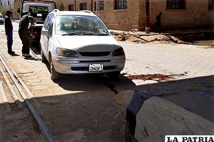 El coche golpeó contra el pretil de concreto