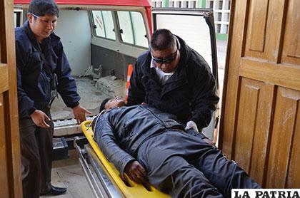 El cuerpo de la víctima al ingreso de la morgue del Cementerio General