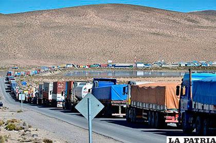 Fila de camiones de carga de Bolivia perjudicados tras paro aduanero de Chile /PANAMPOST.COM