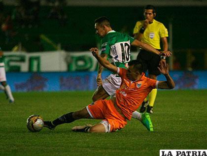 Damián Lizio intenta vencer la resistencia de Juan Zampiery /APG