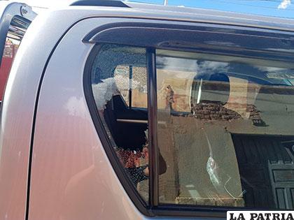 Los sujetos rompían los vidrios laterales para ingresar a la camioneta