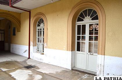 Pinturas apoyadas en las puertas del Museo Histórico