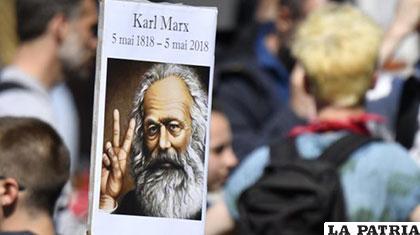 Una pancarta de Karl Marx, durante una protesta /lostiempos.com