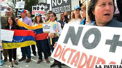 Decenas de exiliados venezolanos protestaron frente a la sede del consulado de su país en Miami /larepublica.pe