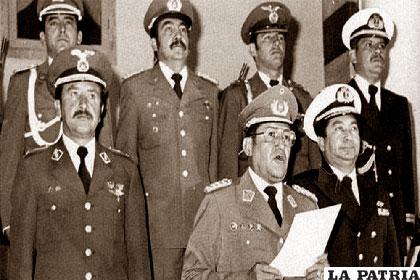 García Meza (centro) junto al Alto Mando Militar que lo secundaba /PÁGINASIETE.BO