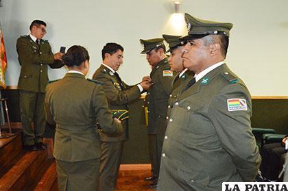 Coronel Betancourt entregando reconocimientos a policías destacados