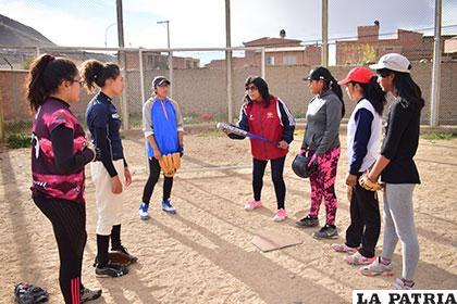 Ramírez brinda instrucciones a las deportistas