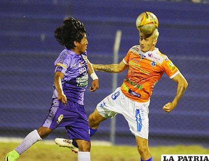 Imanol Iriberri rechaza de cabeza ante la arremetida de Eduardo Puña, en el segundo tiempo Sport Boys cambió de color de casaca /APG