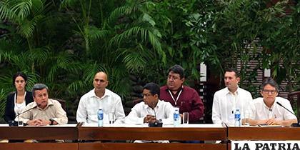 El negociador jefe del Ejército de Liberación Nacional (ELN), Pablo Beltrán (i), habla junto al líder del equipo negociador del Gobierno colombiano /Diario Digital Nuestro País