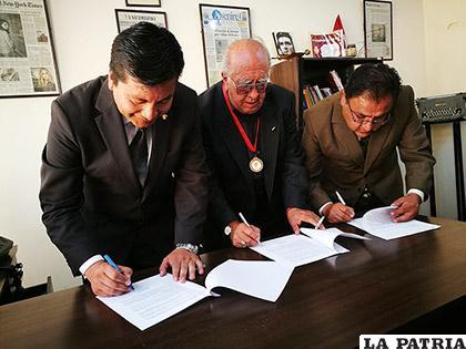 Los representantes de las instituciones de la prensa firmaron el documento