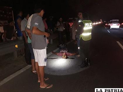 Testigos y la Policía rodean el cuerpo del fallecido