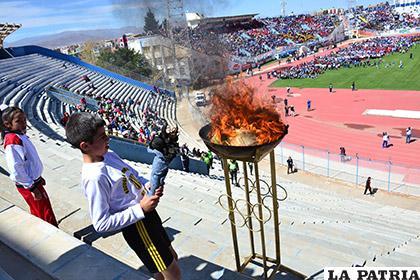El estudiante Rolando Martínez, encendió el pebetero