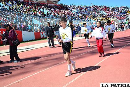 La antorcha con la llama olímpica fue transportada por varios alumnos