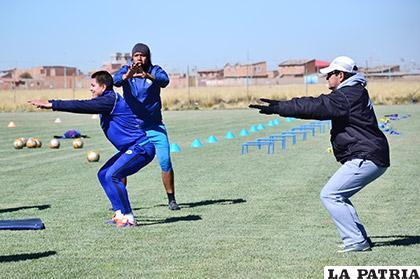 Saucedo y Salvatierra durante el entrenamiento supervisados por Villegas