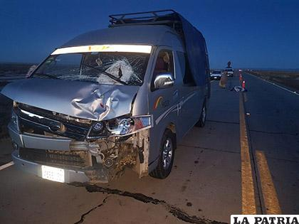 En el vehículo se observa el parabrisas destrozado donde impactó el anciano