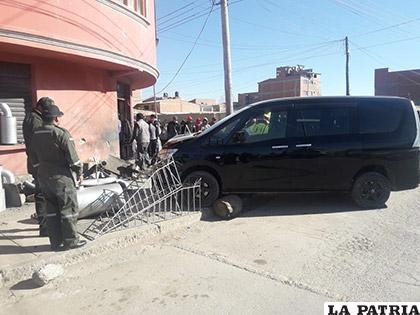 Después de la colisión, los vehículos impactaron contra un trabajador y un taller de metalmecánica