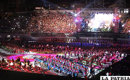 Una fiesta de colores, alegría y emoción se vivió ayer en el estadio de Cochabamba /APG