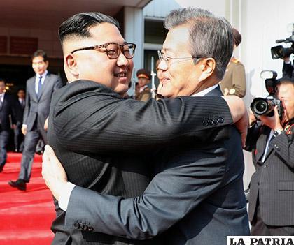 El presidente Moon Jae-In de Corea del Sur con Kim Jong Un de Corea del Norte