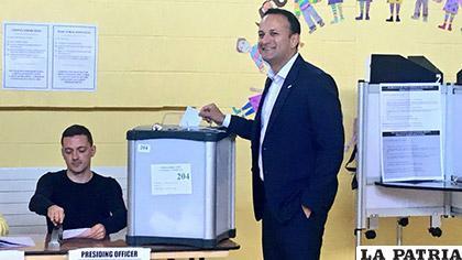 El primer ministro irlandés, el democristiano Leo Varadkar emite su voto /Nuevos Papeles