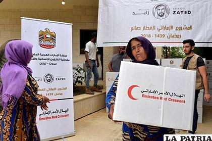 Refugiados sirios reciben cajas de ayuda humanitaria de los Emiratos Árabes Unidos /YAHOO NOTICIAS