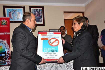 Víctor Patiño a nombre de LA PATRIA recibió la certificación