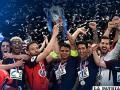 Jugadores del PSG con el trofeo en alto celebran el título obtenido /foxsportsla.com