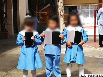 Los niños del kínder Zaconeta fueron los primeros en recibir las tablets /LA PATRIA