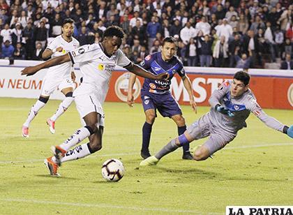 Anderson Julio elude a Carlos Lampe y anotó, fue autor de tres goles