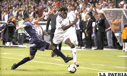 Liga en el segundo tiempo estuvo imparable, Segovia intenta frenar a Anderson Julio / APG