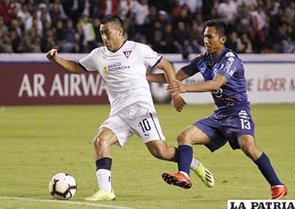Luis Chicaiza con el balón ante la marca de Kevin Fernández/APG