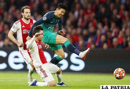Heung-Min Son delantero del Tottenham intenta el remate/ as.com