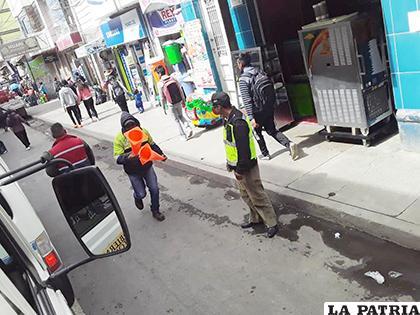 Los funcionarios retiraron elementos que obstaculizaban las vías/ GAMO
