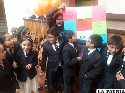 Niños y voluntarios demostrando sus carteles en favor del buen trato/LA PATRIA