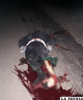 El motociclista murió en la carretera