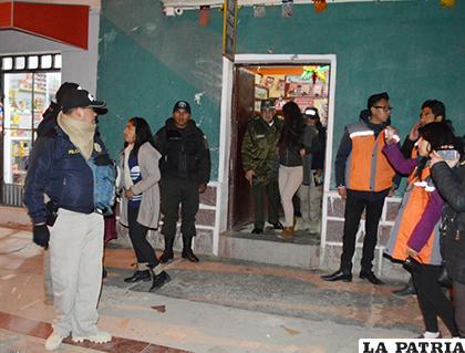 Jovencitas son escoltadas saliendo de uno de los locales /LA PATRIA