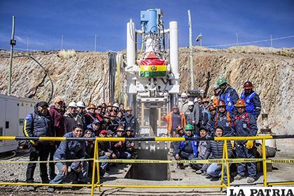 Trabajadores y administrativos de la EMH junto a la recién instalada chimenea /LA PATRIA/Alejandro Valdez