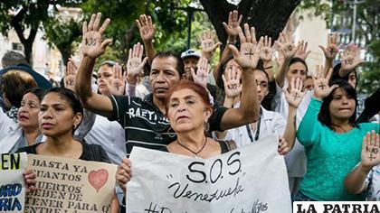 Especialistas de la salud acompañaron la protesta a las afueras del centro de salud /apuntoenlinea.com